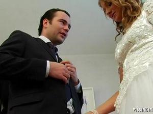 Безумные самцы обоссали невесту с подругой и трахнули их во время примерки
