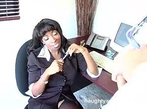 Чернокожая секретарша в чулках ебется с лысым начальником в офисе