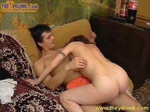 Пьяная рыжая девка ебется с другом на диване