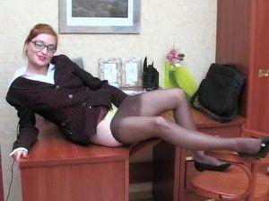 Начальник спалил очкастую секретаршу за дрочкой и выебал ее на столе