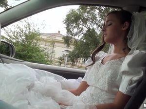 Блудливая невеста в белых чулках отдалась таксисту перед свадьбой