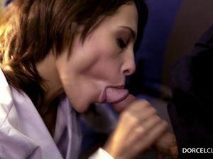 Озабоченная медсестра сосет хуй пациента в машине скорой помощи