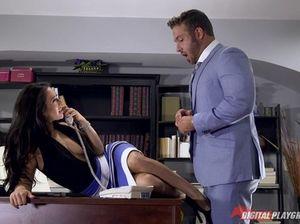 Красивая секретарша с волосатой пиздой отдалась начальнику в строгом костюме