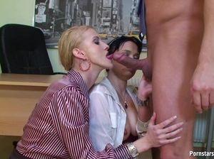 Начальник по очереди ебет на столе своих жгучих секретарш и ссыт им на лицо