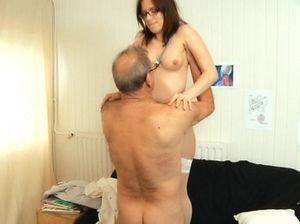 Очкастая медсестра в белых чулках скачет на члене старого пациента