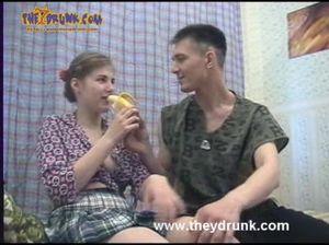 Хитрый пацан совратил пьяную подругу бананом и трахнул ее в пизду и жопу