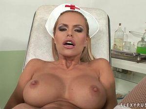 Обалденная медсестра в латексе и белых чулках трахает себя в жопу и дрочит бритую пизду