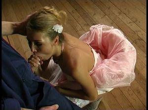 Пьяная невеста в белых чулках дала строителю трахнуть себя в анал