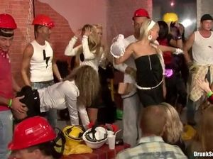 Классная секс оргия с пьяными телочками в клубе