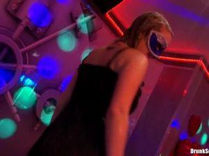 Худенькие телки в масках танцуют на закрытой секс вечеринке под душем