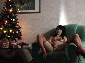 Хохлушка в красных чулках мастурбирует пизду вибратором возле новогодней елки