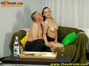 Пьяная русская брюнетка скачет на упругом члене своего бритого хахаля