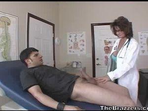 Очкастая врачиха за 50 ебется в кабинете с молодым пациентом