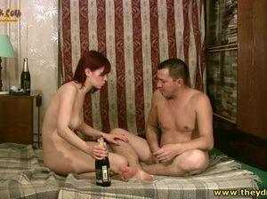 Пьяная русская телка скачет на вялом члене бритого мужика