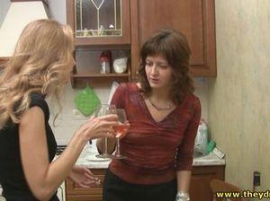 Русские лесбиянки напились и сосутся на кухонном полу