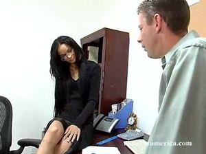 Очкастая секретарша раздвинула ноги перед начальником и получила толстый хуй в анал