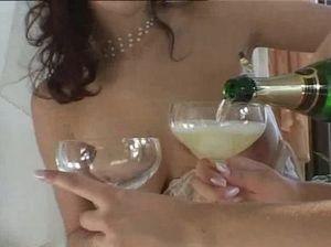 Подружка невесты поебалась с молодоженами в первую брачную ночь