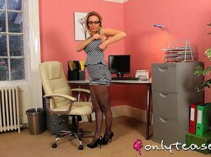 Очкастая секретарша в чулках и в короткой юбке ласкает грудь на камеру