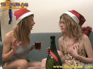 Пьяные лесби лижут друг другу киски на диване