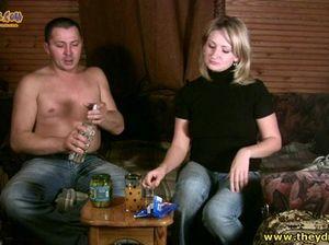 Бритый мужик напоил русскую блондинку и трахнул ее раком в пизду