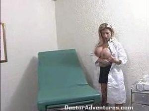 Медсестра с большими сиськами скачет на члене пациента и получает сперму в рот