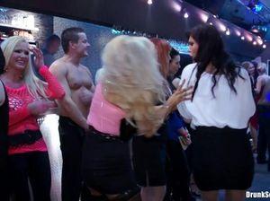 Пылкие лесбиянки ласкают друг другу киски на приватной вечеринке