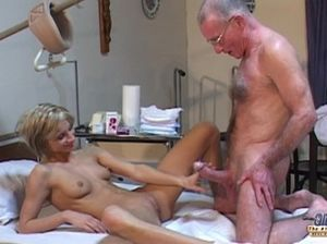 Молодая медсестра отдалась старому пациенту прямо в койке