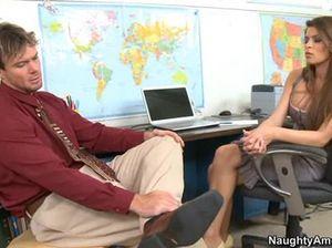 Раскованная секретарша отдалась коллеге на столе