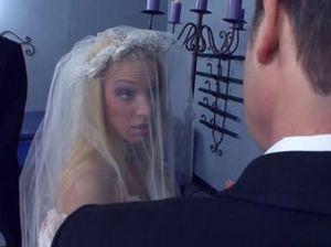 Мужики устроили похотливой невесте двойное проникновение сразу после свадьбы