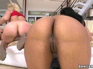 Горячая блондинка с подругой мулаткой устроили страстный МЖМЖ на диване
