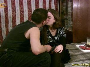 Мужик напоил русскую девушку водкой и трахнул ее в пизду