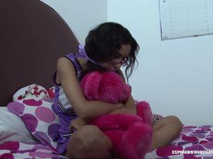 Озабоченный парень ебет на кровати сводную 18-летнюю сестру в очках