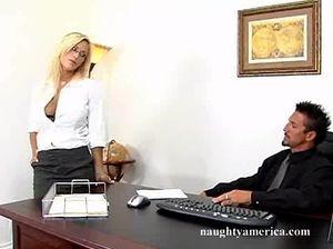 Пылкая секретарша с большими сиськами отдалась начальнику на столе