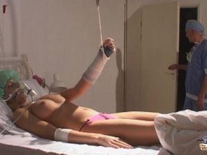 Пожилой врач трахает пациентку на ее больничной койке