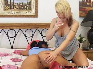 Незаурядная блондинка делает лесбийский анилингус спящей подруге