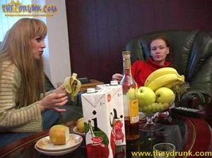 Лиза и Света занялись лесбийским сексом на пьяной вечеринке