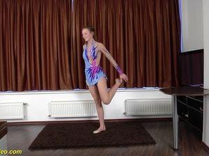 Откровенная сексуальная гимнастика от гибкой красотки