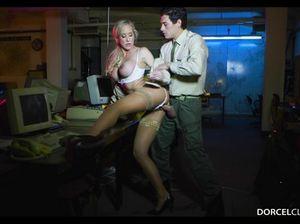 Горячий брюнет трахнул сисястую секретаршу после работы