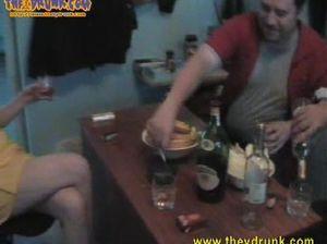 Пузатые русские мужики разводят на секс пьяных девчонок