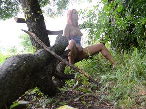 Замечательная украинка страстно мастурбирует в лесу и кончает
