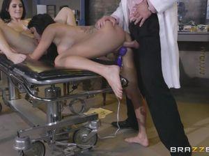 Безумный секс врача с пациентками клиники пластической хирургии