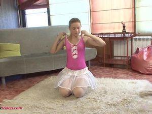 Манящая эротическая гимнастика от гибкой красивой девочки