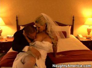 Разгоряченные жених и невеста занялись сексом в гостинице