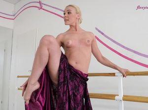 Балерина без сисек демонстрирует возбуждающую эротическую гимнастику