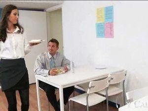 Завораживающая секретарша сосет шефу и трахается на столе