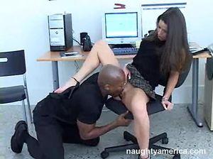 Компьютерщик негр трахнул белую секретаршу на рабочем месте
