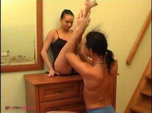 Худенькая гимнастка принимает хуй жеребца в самых разнообразных позах