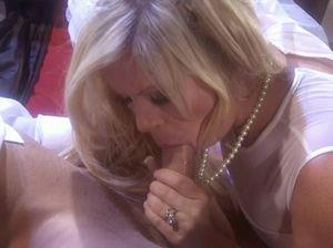 Бритый жених трахнул грудастую невесту сразу после свадебной фотосессии