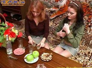 Худенькие русские лесбиянки напились и ласкают друг друга без одежды