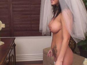 Невеста в белых чулках садиться пиздой на большой член